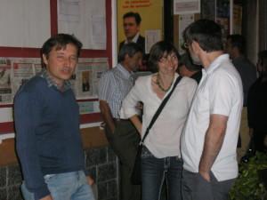 Giuseppe Augurusa, a sinistra, candidato per Arese alle elezioni amministrative del 2009 nella sezione del Pd insieme ai sostenitori Michela Palestra e Claudio Galvani