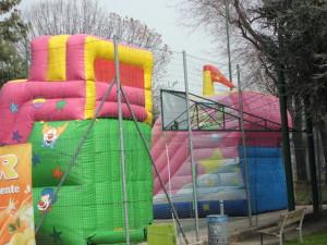 I gonfiabili nel campetto libero di basket del centro sportivo: la sfida di Chiappini alla città