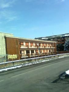 La struttura di scuola elementare che a Mazzo di Rho ospita il liceo classico Rebora