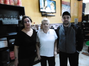 Roberta e Chiara del ristorante L'Altro Casello insieme ad Antonio Evangelista