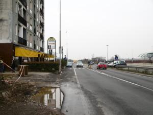 La via per Bariana-via Valera con il palazzo e le attività commerciali