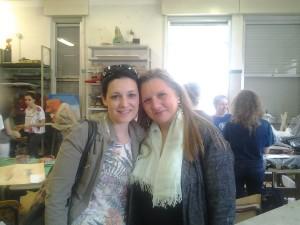 Marzia Bianchi e Francesca Magro nel laboratorio del liceo artistico Fontana durante la realizzazione dei gioielli da esporre in Villa Arconati