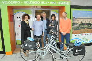 Velo Expo Bollate: Stefano Parisi della Fabbrica dei Segni stringe la mano a  Nadia Schioppa, Mobility Manager di Solvay