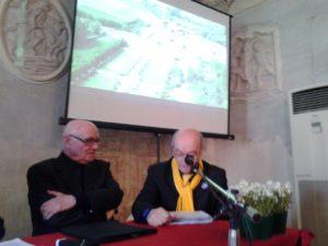 A sinistra padre Ennio Bianchi e a destrail presidente di Vivere Castellazzo Roberto Pirola