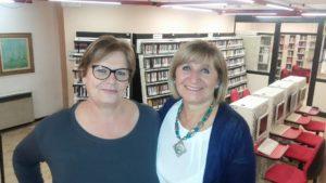 La direttrice della biblioteca di Arese Mariagrazia Cislaghi (a destra) insieme con la collaboratrice Maria Condoleo, anch'essa sul filo di lana della pensione